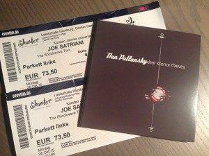 """Die Erinnerungsstücke eines wunderbaren Abends: Konzertkarten von Joe Satriani und das aktuelle Album """"Dear Silence Thieves"""" von Dan Patlansky"""