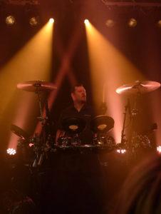 Mark Jackson bearbeitet das Schlagzeug