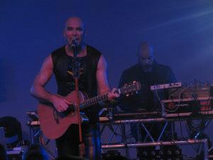 Rotersand – Rascal Nikov mit Akustikgitarre und Krischan Wesenberg am Pult