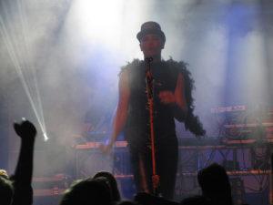 Rotersand – Rascal Nikov mit Hut und Federboa