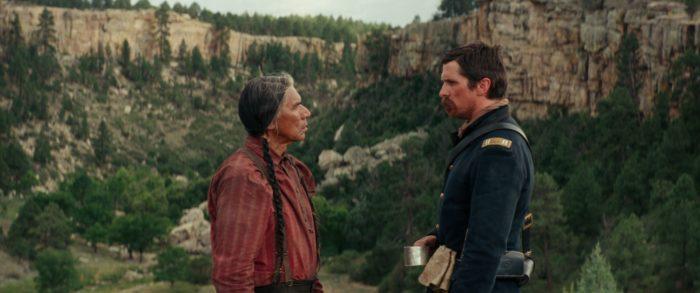 Chief Yellow Hawk (Wes Studi) und Captain Joseph Blocker (Christian Bale) haben eine gemeinsame Vergangenheit. © Universum Film